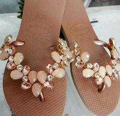 Chinelos Bridal Sandals, Beaded Sandals, Cute Sandals, Cute Shoes, Bronze Shoes, Flip Flop Craft, Decorating Flip Flops, Bohemian Sandals, Crochet Shoes