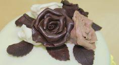 Receta de Fondant o masa elástica de chocolate. Tarta forrada y adornada con pasta de chocolate