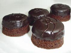 Prepara de la manera más deliciosa tus brownies con los ingredientes que ARIS® tiene para ti. KOKOA® tiene ese fantástico sabor que necesitas para preparar de la manera las rica tus brownies y además dale un toque de sabor en su decoración con Cobertura de chocolate ARIS® #chocolate #cocoa #brownies #brown #bakery #cake #postres
