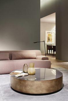 runder Tisch, ein rosa Sofa und Fliesen in perlengrauer Farbe Wohnzimmer grau