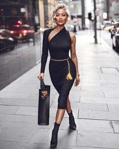 Sleek black chic  Dress by @santinanicole_thelabel ✨#SantinaNicolePartner