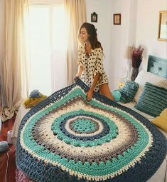 This throw is simply gorgeous! It looks like its able to cover a large bed. The colors are perfect for Winter. You can get the pattern from 💙 💛 💚 Crochet Carpet, Crochet Home, Love Crochet, Crochet Flowers, Knit Crochet, Crochet Basket Pattern, Crochet Patterns, Crochet T Shirts, T Shirt Yarn