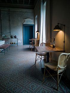 Das Hotel Relais Castello di Morcote liegt leicht erhöht über dem Lago di Lugano, in Vico Morcote. Wo einst Benediktinerinnen im Kloster wohnten, empfängt heute ein äusserst charmantes Boutique Hotel seine Gäste.  #ticinomoments #boutiquehotel Design Hotel, Hotels, Das Hotel, Lugano, Boutique, Dining Table, Interior, Furniture, Home Decor