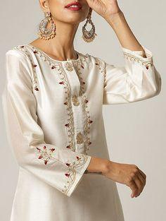Pakistani Fashion Casual, Pakistani Dress Design, Pakistani Outfits, Kurti Embroidery Design, Embroidery Fashion, Embroidery Dress, Kurti Neck Designs, Kurti Designs Party Wear, Blouse Designs