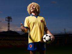 """Carlos Valderrama 'El Pibe' Interpretado por Édgar Vittorino. El Pibe Valderrama, """"El perfume del fútbol"""", como lo llamó Francisco Maturana, prontamente pasó de ser un perfecto desconocido a convertirse en el número 10 de la selección Colombia.""""De todos los Valderrama que hemos jugado fútbol, usted es el mejor… y me tiene que prometer que va a hacer lo que ni sus tíos ni yo pudimos: jugar un mundial""""... le dijo una vez """"Jaricho"""", su padre. Carlos Valderrama, Perfume, Sports, Tops, Fashion, The Selection, Father, Colombia, Moda"""