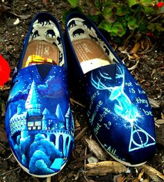 Made to Order Custom Painted Harry Potter TOMS. I hate TOMS, but the Harry Potter makes them kind of cool. Harry Potter Shoes, Painted Toms, Hand Painted, Valentino Rockstud, Old Hollywood Glamour, Fancy Pants, Girls Best Friend, Everyday Fashion, Creations