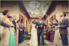 A Érica e o Rodrigo se casaram no dia 16 de Julho de 2016 aqui no Galpão Mix. O casório lindo e especial destes noivos super queridos foi personalizado, romântico e muito florido. Após a cerimônia, os padrinhos formaram fila para receber os noivos do lado de fora do espaço, e o resultado foi uma foto incrível. #galpaomix #galpaomixpenedorj #penedo #penedorj #espacoparaeventos #casamento #wedding #miniwedding#destinationwedding  #rusticochic #rusticochique