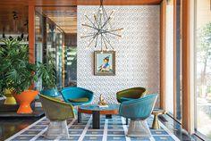 This fabulous Shelter Island vacation home belongs to designer Jonathan Adler and Simon Doonan. Jonathan Adler, Modern Room, Mid-century Modern, Rustic Modern, Modern Luxury, Modern Homes, Simon Doonan, Gold Stool, Shelter Island