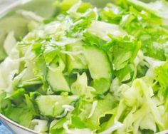 Salade détox de chou et concombre ; http://www.fourchette-et-bikini.fr/recettes/recettes-minceur/salade-detox-de-chou-et-concombre.html
