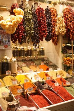Spice World! Istanbul's Spice Market (Photo:Minifée Marchés) Roadtrip Europa, Tienda Natural, Fruit Sec, Spice Shop, Spices And Herbs, Turkish Delight, Mets, Farmers Market, Gourmet