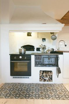 Electric 4 burner and oven paired with a wood burning stove, oven, and wall pizza oven Küchen Design, House Design, Interior Design, Home Decor Kitchen, Home Kitchens, Modern Kitchens, Kitchen Stove, Vintage Kitchen, House Plans