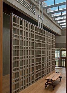 Com tijolos à vista e estilo industrial, casa foi pensada para as crianças