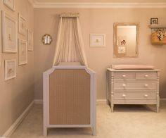 Dois projetos de quartos de bebê em bege, direto da Mostra Quartos Etc 30 anos. Boas opções para quem não quer fugir do clássico! O primeiro é um quarto de