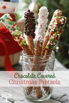 Chocolate Covered Christmas Pretzels- so easy to make and so festive! One of my favorite homemade gifts to give. Chocolate Covered Christmas Pretzels- so easy to make and so festive! One of my favorite homemade gifts to give. New Year's Desserts, Christmas Desserts Easy, Cute Desserts, Easy Christmas Crafts, Dessert Recipes, Baking Recipes, Yummy Recipes, Christmas Pretzels, Christmas Treats