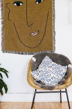 Antigas peças de família, lembranças de viagem ou apenas um item de decoração muito querido: tapeçarias e tecidos, peças essenciais da decoração, encontraram um novo lugar para morar, já queagora ficam expostos nas paredes. Mais flexível do que papel de parede. Enjoou, tirou/trocou.