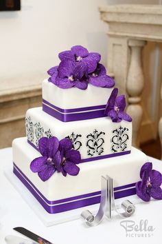 Wedding cake with purple flowers...could be done in so many colors...so chic