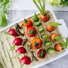 Homus com horta de legumes @ allrecipes.com.br - Uma receita linda e criativa para servir como entrada (e as crianças adoram!). Homus com ervas servido com legumes, tudo arrumado como uma mini horta.