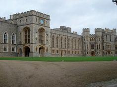 LONDRES - Castillo de Windsor - Guillermo I, El conquistador, mandóa construir el Castillo de Windsor, como una línea de defensa de Londres, para dominar estratégicamente el río Támesis. Guerras, fiestas,lutos y victorias de la corona británica han estado unidos a este inmueble, ícono del Imperio Británico. Su arquitectura es la representación de la historia de Inglaterra, de estilo renacentista al barroco, pasando por el rococó han sido los estilos que han imperado después de varias…