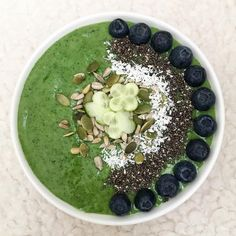 💚 Start a new month with this fresh green smoothie bowl 💚 Mix bananas, 1 avocado, 1 tbsp fresh ginger, handful of kale, handful baby spinach and dl cup) of almond milk. What's your favourite green ingredient? Baby Spinach, Fresh Green, Fresh Ginger, Smoothie Bowl, Almond Milk, Bananas, 1 Cup, Kale, Acai Bowl
