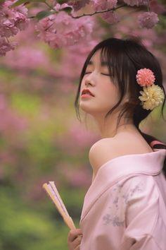 Traditional Kimono, Traditional Dresses, Asian Flowers, Geisha Art, Japan Girl, The Most Beautiful Girl, Kpop Girls, Cute Girls, Elegant