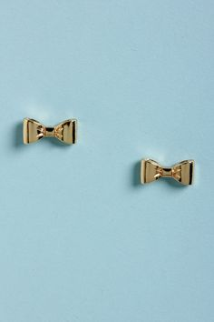 Adorable little gold stud earrings shaped as bows #wedding #gold #blacktie #jewelry #goldwedding