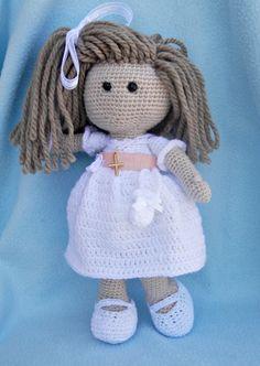 Preciosa muñeca de comunión amigurumi. Otro bonito regalo para hacer a las niñas el día de su primera comunión. Puedes personalizarla al gusto cambiándole el color o forma de pelo, poniendo otros c…