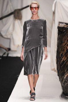 Платье свободного кроя из коллекции российского бренда Alena Akhmadullina. Сделано из бархатной ткани благородного серого цвета. Носить стоит с балетками с высокой шнуровкой или с классическими лодочками пастельных цветов. Идеальный вариант для вечерних мероприятий.