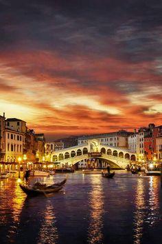 El puente de #Rialto y el #CanalGrande. Todo sobre #Venecia en www.quieroitalia.com/venecia.asp