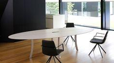 Konferenztisch mit einer Tischplatte aus Keramik.