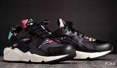 Zapatillas Nike Air Huarache Run Aloha Negro, llega a la #tiendaonlinedezapatillas #ThePoint la tercera entrega del #packalohadeNike, esta vez el modelo escogido por la marca a sido el modelo de #zapatillasNikeAirHuarache en una combinación de colores en negro, celeste y el carcaterístico tejido estampado a flores que lleva este pack exclusivo de #Nike, clica aquí y descubre toda la #colecciónPrimaveraVerano2015 que hemos escogido para ti…