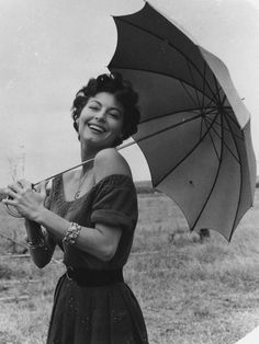 Portrait of American actress Ava Gardner as she holds an umbrella over her shoulder and laughs, (Photo by Weegee/International Center of Photography/Getty Images) Get premium, high resolution news photos at Getty Images Golden Age Of Hollywood, Hollywood Glamour, Hollywood Stars, Classic Hollywood, Vintage Hollywood, Ava Gardner, Divas, Show Boat, Six Sisters