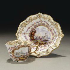 Meissen.Tasse et sa sous-tasse à bord godronné en porcelaine,XVIIIème siècle.PhotoMillon et Associés