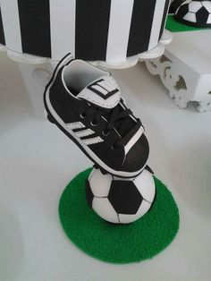 Messi Y Ronaldinho, End Of Year Party, Soccer Birthday Parties, Daddy Day, Football Themes, Sports Baby, Baby Shawer, Bachlorette Party, Baby Sneakers