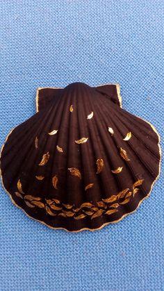 Foglie dal mare Seashell Painting, Seashell Art, Seashell Crafts, Beach Crafts, Tropical Christmas, Beach Christmas, Seashell Projects, Shell Ornaments, Painted Shells