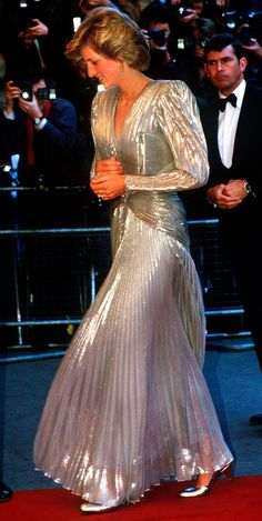 Princess Diana - arrives for the London premiere of the James Bond film 'A View To A Kill' at the Empire, Leicester Square, July She is wearing a gold lame evening gown by Bruce Oldfield. (Photo by Jayne Fincher/Princess Diana Archive/Getty Images) Lady Diana Spencer, Princesa Charlotte, Princess Diana Dresses, Princess Diana Fashion, Prinz William, Belle Silhouette, Estilo Real, Iconic Dresses, Diane