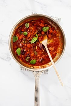 Puttanesca sauce in pan with fresh basil. #puttanesca #dinner Yummy Pasta Recipes, Easy Dinner Recipes, Summer Recipes, Yummy Food, Delicious Recipes, Dinner Ideas, Pasta Puttanesca, Vegetable Sides, Fresh Basil