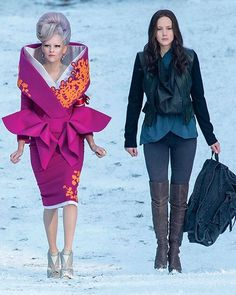 Effie Trinket (Elizabeth Banks) y Katniss Everdeen (Jennifer Lawrence) - Los… Hunger Games Costume, The Hunger Games, Hunger Games Catching Fire, Hunger Games Trilogy, Katniss Everdeen, Elizabeth Banks, Hanger Game, Tribute Von Panem, Mockingjay Part 2