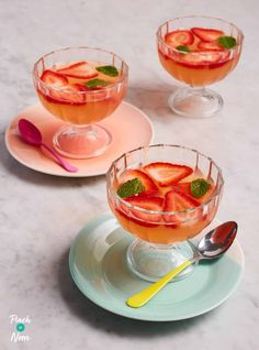 These grown-up jellies have all of the flavours of a classic mojito and are a great, low calorie way to round off a special meal. Slimming Eats, Slimming Recipes, Low Calorie Vegan, Low Calorie Recipes, Jelly Recipes, Sweet Recipes, Yummy Recipes, Healthy Eating Recipes, Nutritious Meals