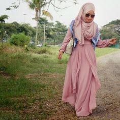 Kvadratisk sjal över axlarna för att bryta upp monokroma färger i slöja/abaya. Smart.
