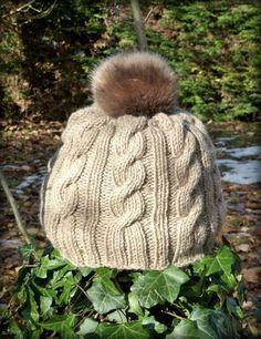Un bonnet pour changer des châlesbonnrt bonnets ! Knitting For Kids, Loom Knitting, Newborn Crochet Patterns, Knit Crochet, Crochet Hats, Knit Picks, Knitting Accessories, Knitted Gloves, Diy Fashion