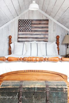 See this tutorial to make your own stunning DIY planked American flag. In neutral colors, this simple patriotic artwork can be used year round. Wood Flag, Pallet Flag, American Flag Crafts, Beer Cap Art, Rustic Vintage Decor, Wooden Welcome Signs, Diy Wood Projects, Woodworking Projects, Sleeping Under The Stars
