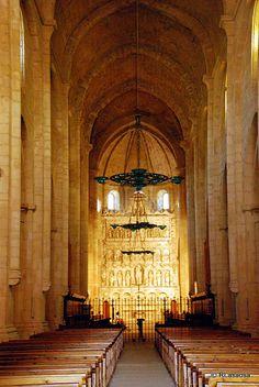 Nave central de la iglesia del Monasterio de Poblet, Tarragona Uso de arco apuntado, bóvedas de crucería ojival, permite introducir grandes ventanales y vidrieras.