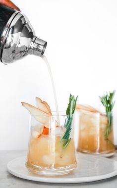 Pear Vanilla Rosemary Cocktail – peaches 2 peaches Pear Vanilla Rosemary Cocktail – peaches 2 peaches – Cocktails and Pretty Drinks Beste Cocktails, Vodka Cocktails, Alcoholic Drinks, Beverages, Cocktail Gin, Rosemary Cocktail, Fancy Drinks, Yummy Drinks, Pina Colada