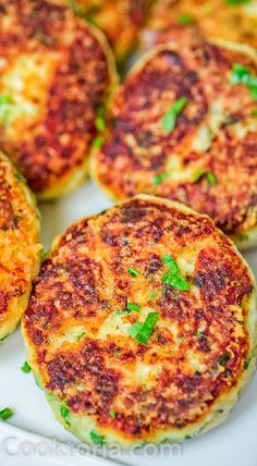These Parmesan Mashed Potato Cakes are so addictive A crunchy cheesy crust is hiding the soft velvety mashed potato filling They make a perfect side dish or a filling veg. Parmesan Mashed Potatoes, Mashed Potato Cakes, Roasted Potatoes, Tasty Dishes, Food Dishes, Main Dishes, Vegetarian Meal, Vegetarian Breakfast, Cheesy Crust