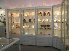 vitrinas es un mueble cerrado y acristalado que se utiliza para exponer artículos frágiles o valiosos ejemplo joyerías.