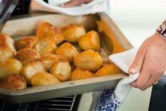 Εύκολα τρουφάκια καρύδας γεμιστά με πραλίνα - Θα σας τρέχουν τα σάλια - Γεύση & Συνταγές - Athens magazine Crispy Potatoes In Oven, Cooking Roast Potatoes, Mashed Potatoes, Veggie Dishes, Vegetable Recipes, Side Dishes, Greek Dishes, Gnocchi, Easy Cooking
