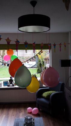 Naamballonnen: Stop in iedere ballon een briefje met een naam van een vriendje. Laat de jarige jop met een piratenzwaard een voor een de ballonnen stukprikken. Het vriendje waarvan de naam uit de ballon komt vallen mag zijn/haar cadeautje geven.