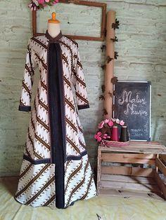 Batik Fashion, Hijab Fashion, Outer Batik, Kurti Designs Party Wear, Batik Dress, Outerwear Women, Designer Dresses, Beautiful Dresses, Kebaya