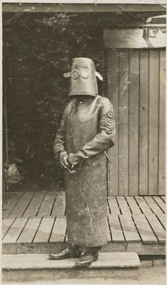 World War I radiographers, circa 1918 and many more fascinating experimental suits of the early 1900s in this article :)