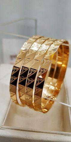 Antique Jewellery Designs, Gold Jewellery, Antique Jewelry, Diy Jewelry, Jewelry Necklaces, Jewelry Design, Gold Bangles Design, Gold Earrings Designs, Bangle Set